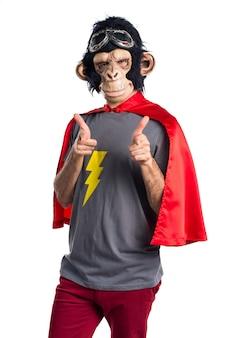 Superhero aap man die naar voren wijst