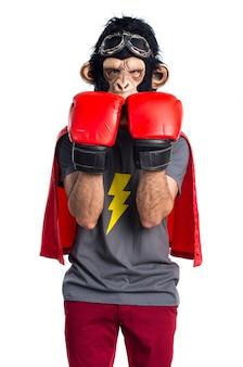 Superhero aap man met bokshandschoenen