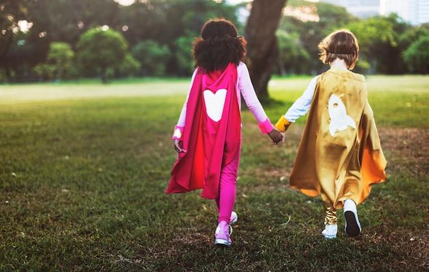 Superheroes achtermening samen aanbiddelijk kindconcept