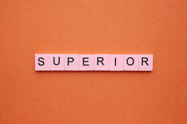 Superior, op een oranje achtergrond.