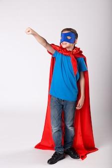 Superman-kind stak zijn hand op en deed alsof hij vloog