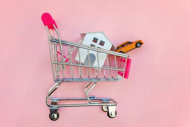 Supermarkt duwkar voor speelgoed wit huis en auto op roze tafel