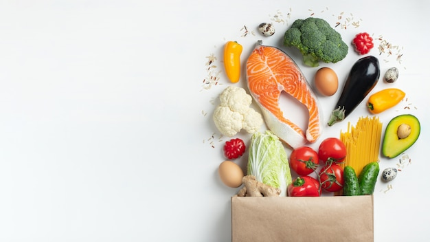 Supermarkt. papieren zak vol met gezond voedsel.