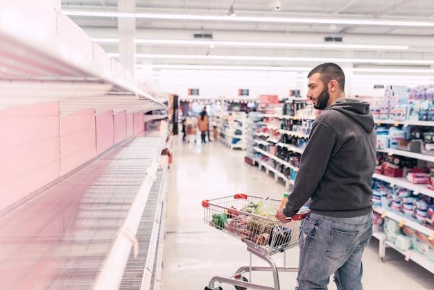 Supermarkten zonder basisbenodigdheden in de schappen.