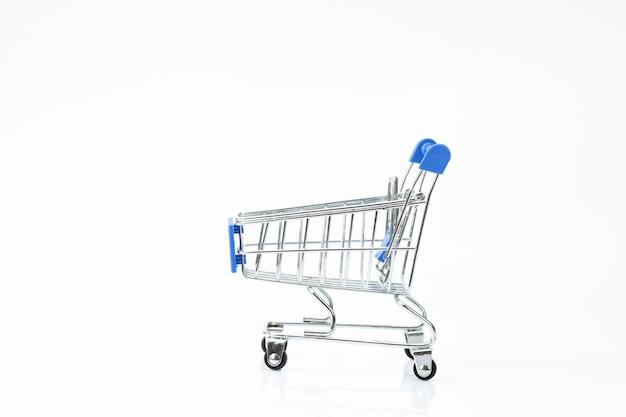 Supermarktkar op witte achtergrond wordt geïsoleerd die