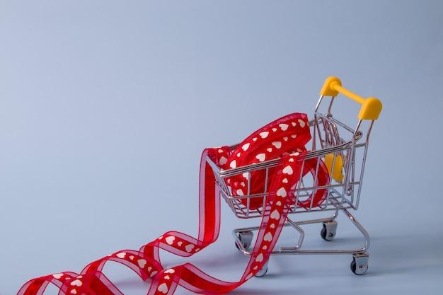 Supermarktkarretje met lint in harten - winkelen voor valentijnsdag