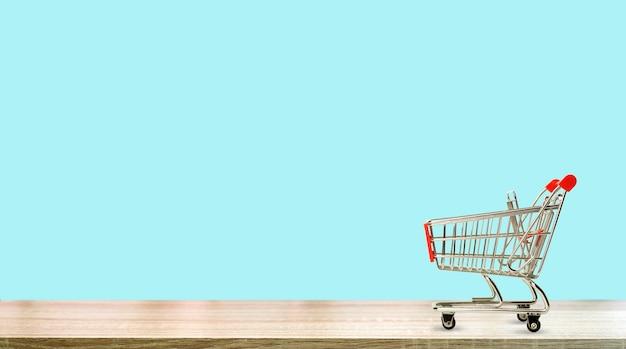 Supermarktkarretje op een puur gekleurde achtergrond online boodschappen doen en verkoopconcept hoge kwaliteit...