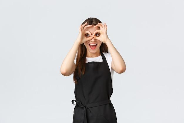 Supermarktmedewerkers, kleine bedrijven en coffeeshops concept. grappige speelse verkoopster verbreedt