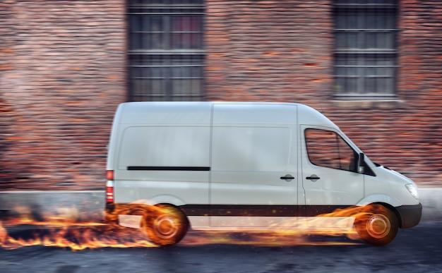 Supersnelle levering van pakketservice. bestelwagen met wielen in brand op de weg