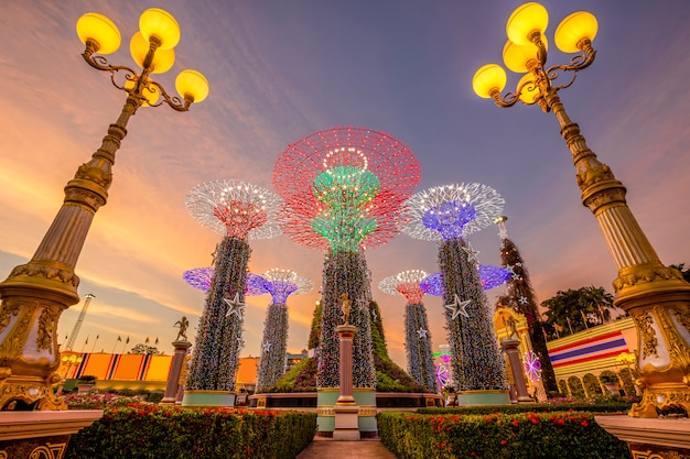 Supertree grove in gardens by the bay bij schemering.