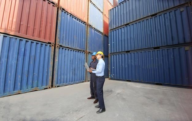 Supervisor die het laden van containers controleert en controleert de doos van cargo in de haven.