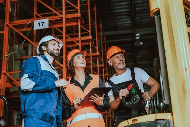 Supervisor en magazijnmedewerkers vakjes aanvinken