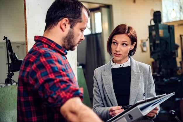 Supervisor van de fabriek in gesprek met ontevreden werknemers
