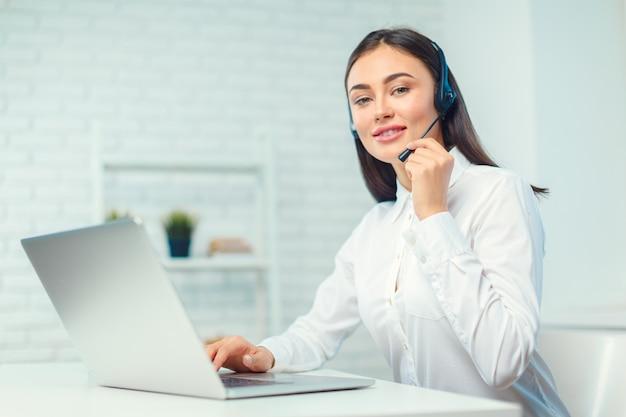 Support telefoon operator in de headset op de werkplek