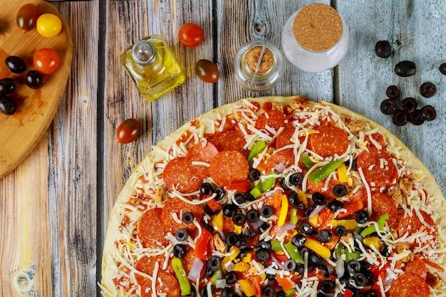 Supreme pizza met olijven, olie, kerstomaatjes