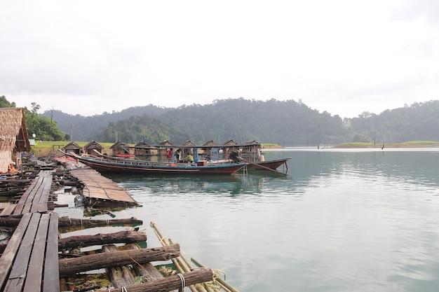 Surat thani; thailand-13 juli; 2014: de boot stopt in de buurt van the hut hay on raft in cheow lan dam is vintage from rest at thailand
