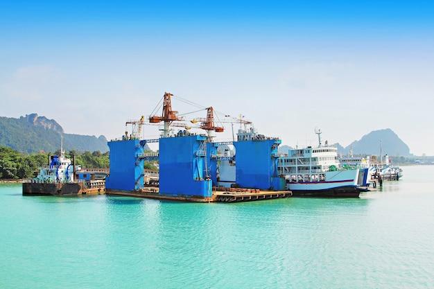 Surat thani, thailand - februari 14: veel schepen op de pier op 14 februari 2011, surat thani, thailand