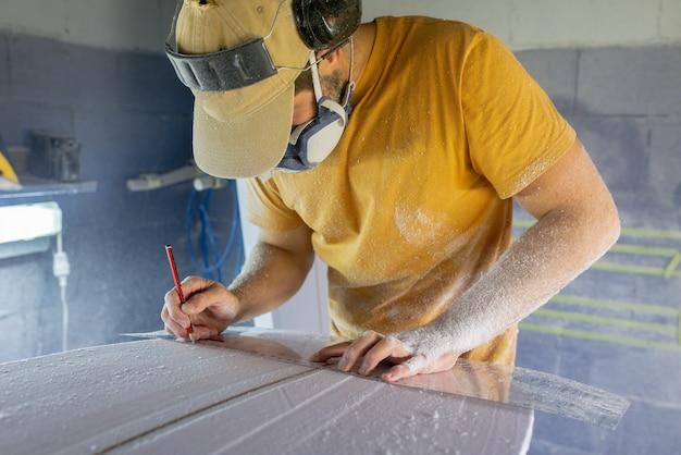 Surfboard modellering workshop man perfectioneren van het modelleren van een surfplank