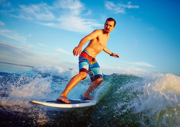 Surfboarder genieten van de zomer
