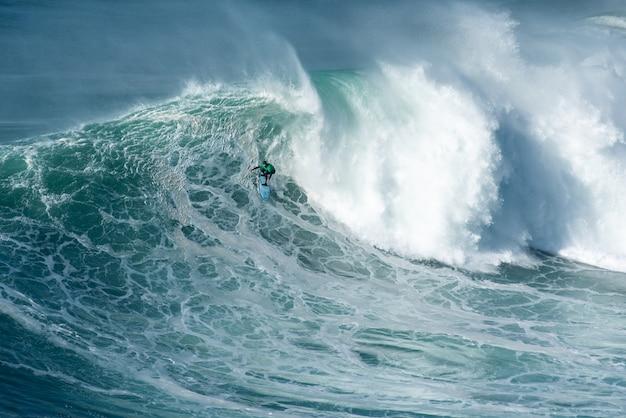 Surfer die de lange golf vangt