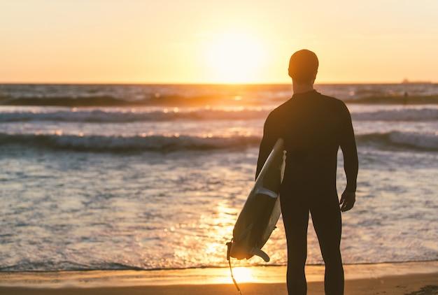 Surfer die naar de oceaan staart