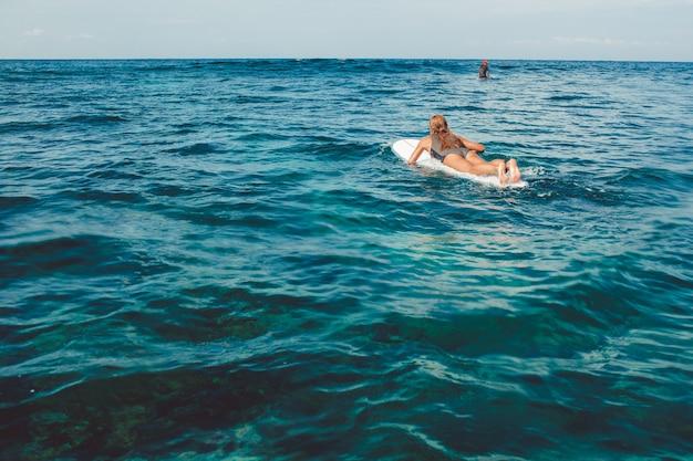 Surfer in de oceaan