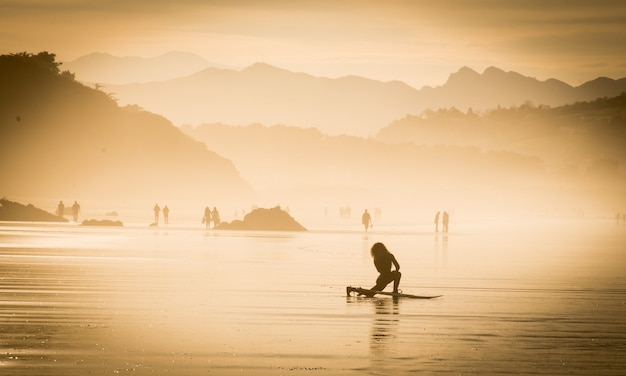 Surfer meisje op het strand klaar om te beginnen