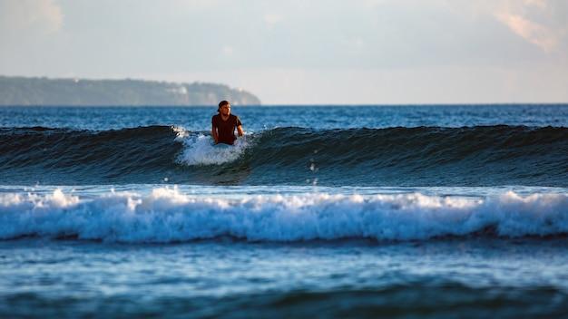 Surfer op de golf