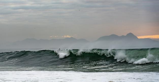 Surfer op de golven van de oceaan op het strand van copacabana