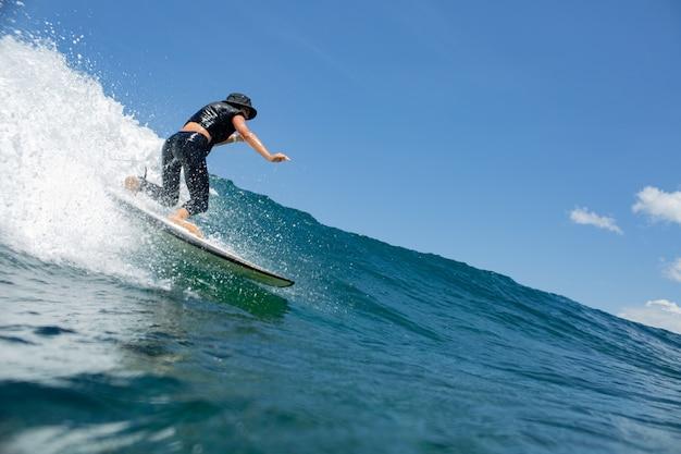 Surfer op een blauwe golf.