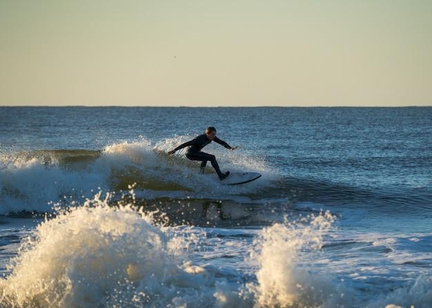 Surfer op een golf