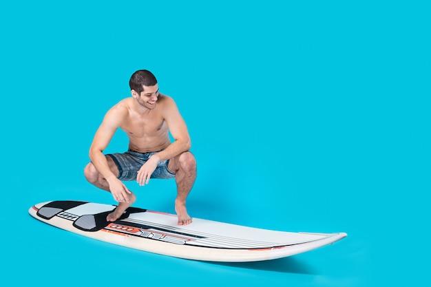 Surfer paardrijden golven