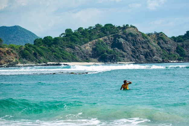 Surfers gaan naar het strand.