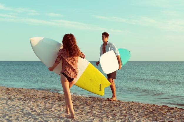 Surfers op het strand met plezier in de zomer