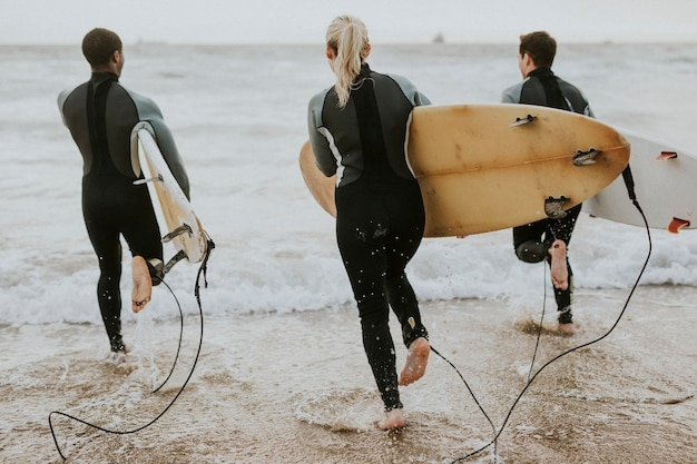 Surfers rennen naar de zee