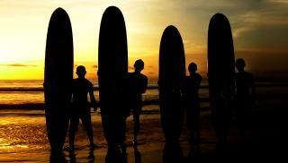 Surfers zonsopkomst