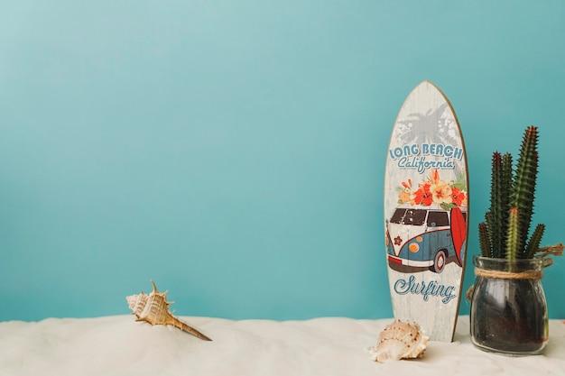 Surfplank en cactus op blauwe achtergrond