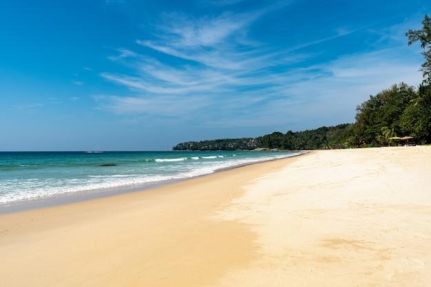 Surin beach phuket, tot 2014 stond het strand bekend als het 1 party strand van phuket.