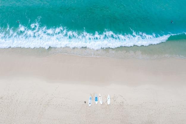 Surin strand en toeristen reizen locatie zomervakantie in thailand luchtfoto bovenaanzicht