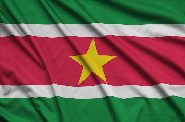 Surinaamse vlag met veel plooien.