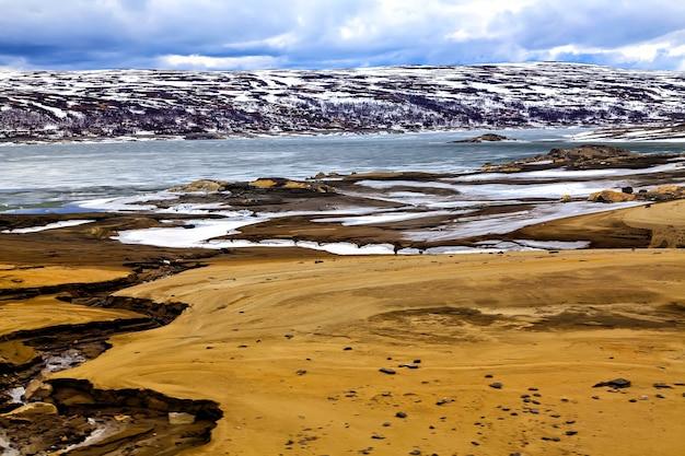 Surrealistisch landschap: bergen, meren en land in scandinavië