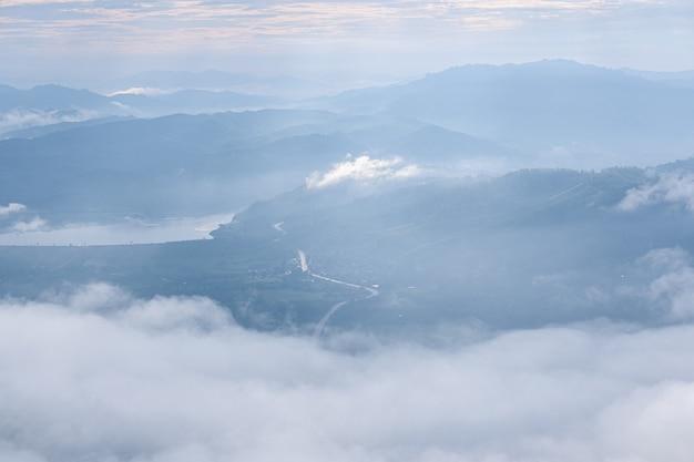 Surrealistisch landschap van ochtend mistig... ochtendwolken bij zonsopgang. landschap van mist en bergen van noord-thailand.