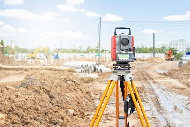 Surveyor apparatuur gps-systeem of theodoliet buitenshuis op de bouwplaats.