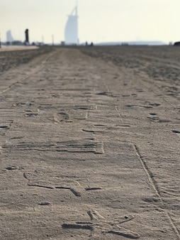 Susetmening aan gesierde zandweg en burj al arab, doubai