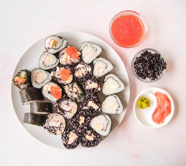 Sushi-assortimenten met specerijen bovenaanzicht