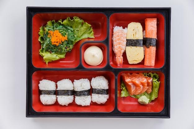 Sushi bento inclusief rijstwikkel met zeewier.