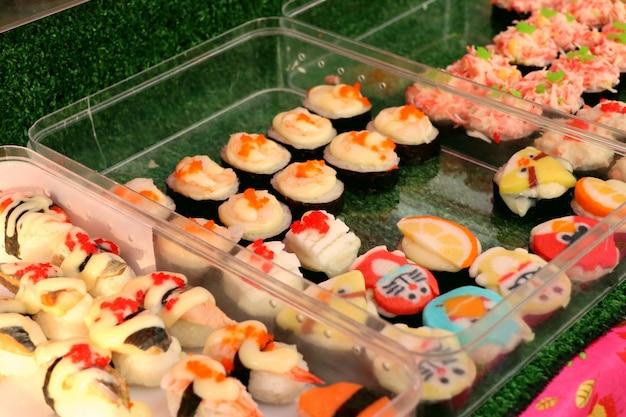 Sushi bij straatvoedsel