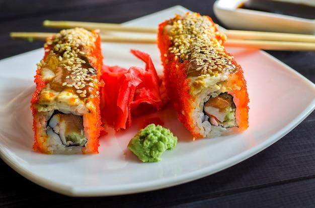 Sushi california met garnalen en zalm, rol in kaviaar van vliegende vissen
