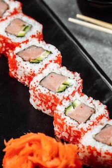 Sushi california roll met tonijn in kaviaar