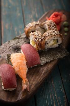Sushi die op een houten dienblad worden geplaatst